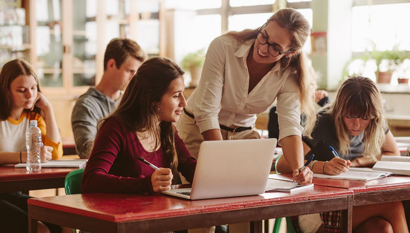 Zgodnie z nowelizacją Karty nauczyciela podwyżki mają zostać wypłacone do końca września (fot. Shutterstock/Jacob Lund)