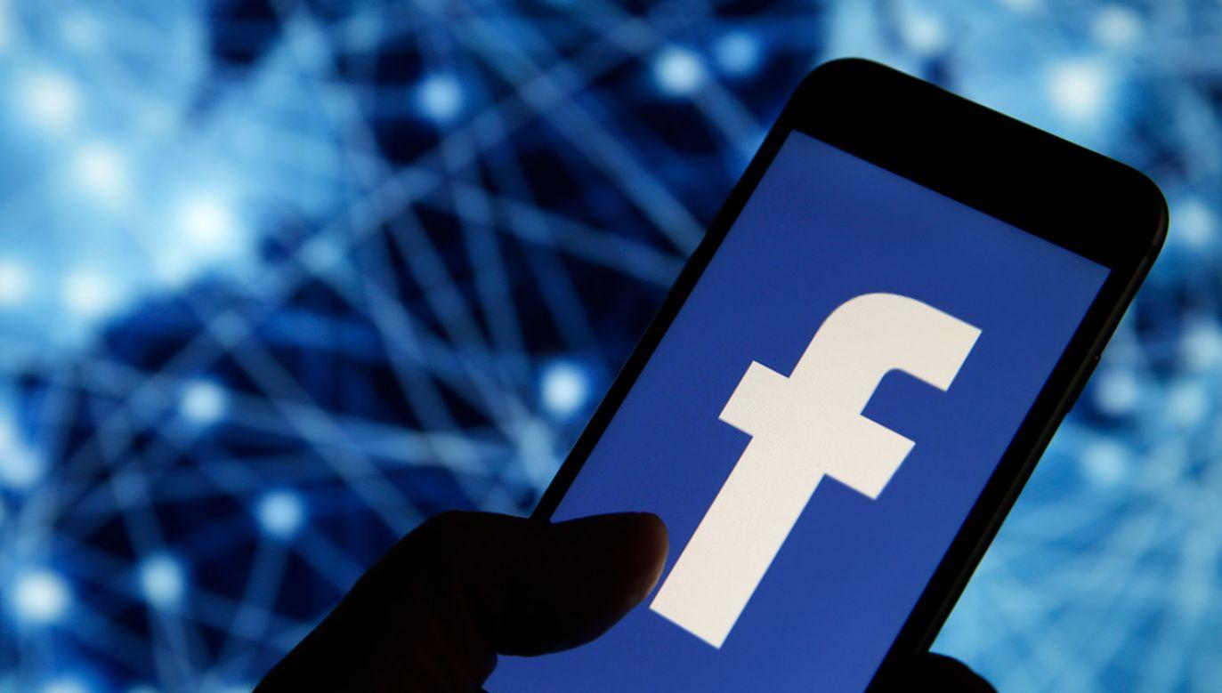"""""""Mamy bardzo dużo sygnałów o tym, że Facebook w sposób dowolny promuje, bądź nie promuje, rozpowszechnia, bądź nie rozpowszechnia różnego rodzaju posty"""" – mówi Czabański (fot. Chesnot/Getty Images)"""