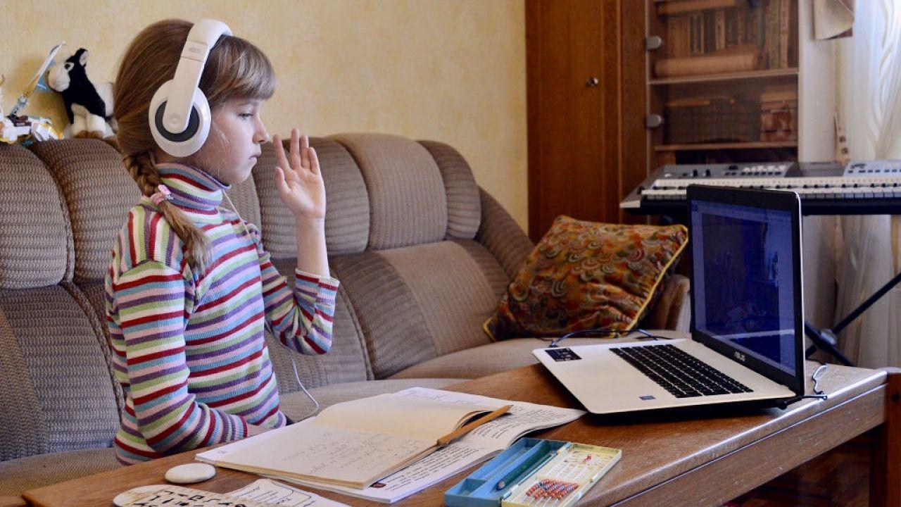 Coraz więcej rodziców może zapewnić też każdemu dziecku sprzęt do nauki online (fot. Yevhen Kotenko/Ukrinform/Barcroft Media via Getty Images)