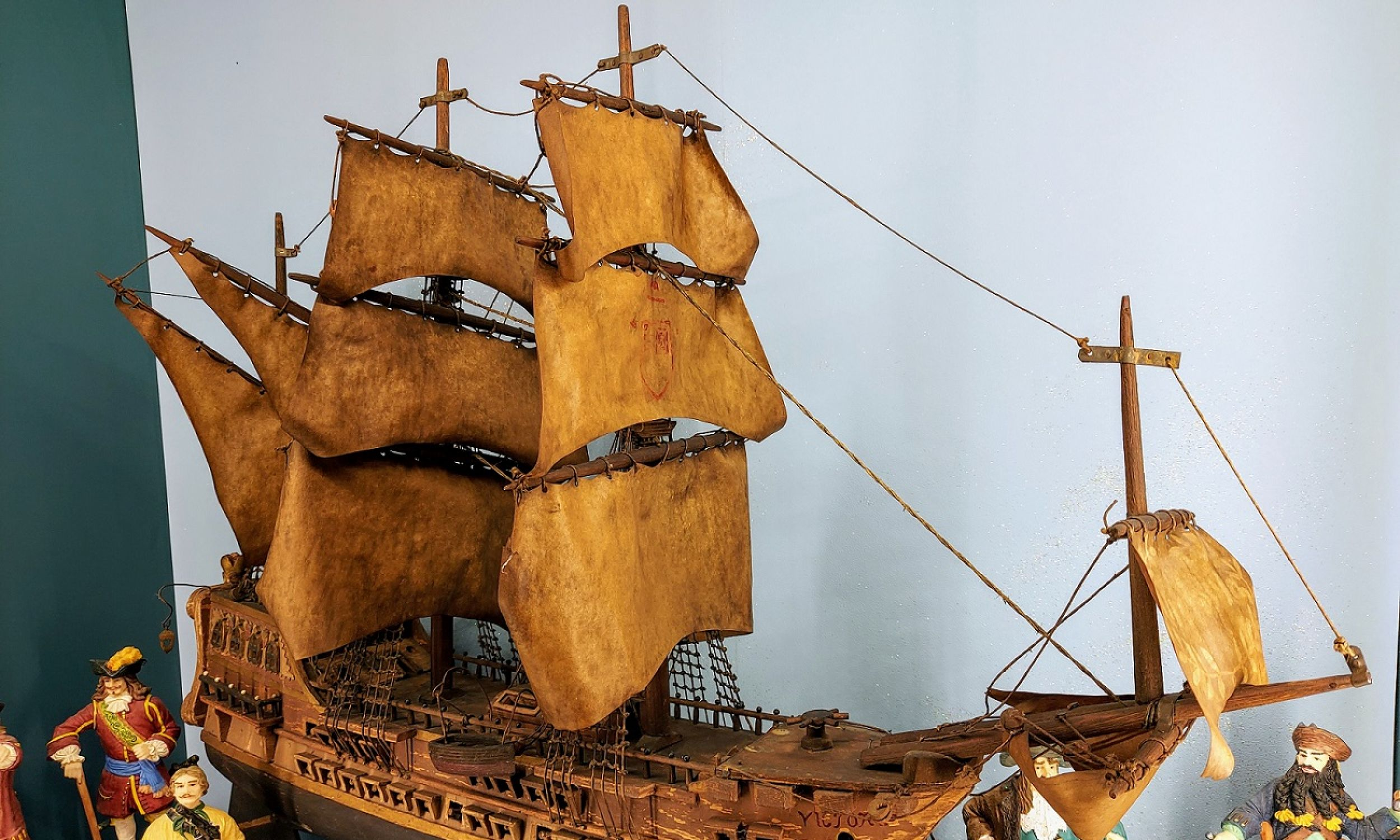 """Żaglowiec """"Victoria"""" z XIX wieku należał do pradziadka właścicielki Ignacego Leszczyńskiego. Nawiązywał do brytyjskiego, trójpokładowego okrętu liniowego, który brał udział w bitwie pod Trafalgarem w 1805 roku i na którym zginął admirał Horatio Nelson. Wedle legendy jego ciało na czas transportu do Anglii umieszczono w beczce z rumem, w celu jego konserwacji. Nieświadomi tego marynarze podpijali z beczki alkohol  i od tego czasu rum nazywany jest """"krwią Nelsona"""". Fot. Muzeum Zabawek w Kudowie Zdroju"""