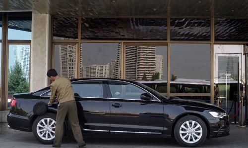 W stolicy Korei Północnej jest coraz więcej samochodów osobowych, mimo zakazu ich posiadania. Na zdjęciu Audi zaparkowane na zewnątrz ekskluzywnego klubu w Pjongjang. Fot. Jonas Gratzer / LightRocket via Getty Images