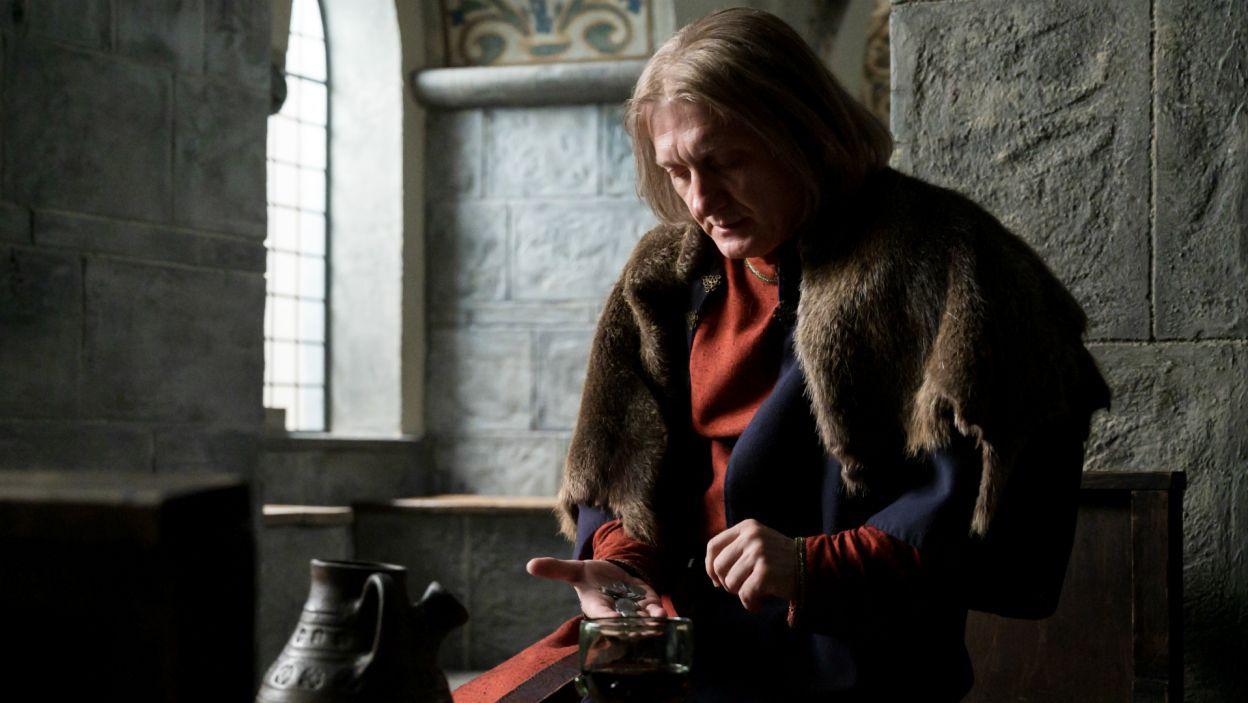 – Zaniosę parszywe plotki nawet na koniec świata – obiecuje Gniewosz, który dociera na Wawel (fot. TVP)