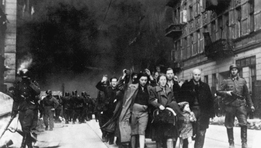 Niemcy zrównali getto z ziemią, metodycznie paląc dom po domu (fot. Wikimedia)
