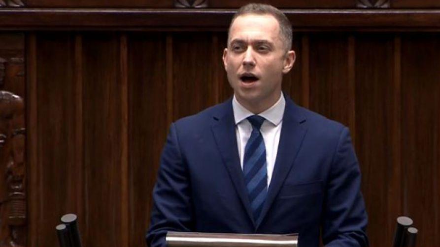 Cezary Tomczyk podczas śpiewania hymnu w Sejmie (fot. TVP)
