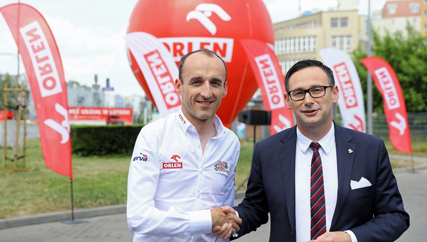 Prezes PKN Orlen Daniel Obajtek oraz kierowca zespołu Formuły 1 Williams Racing Robert Kubica podczas briefingu prasowego i wręczenia nagród w loterii Orlen (fot. arch. PAP/Rafał Guz)