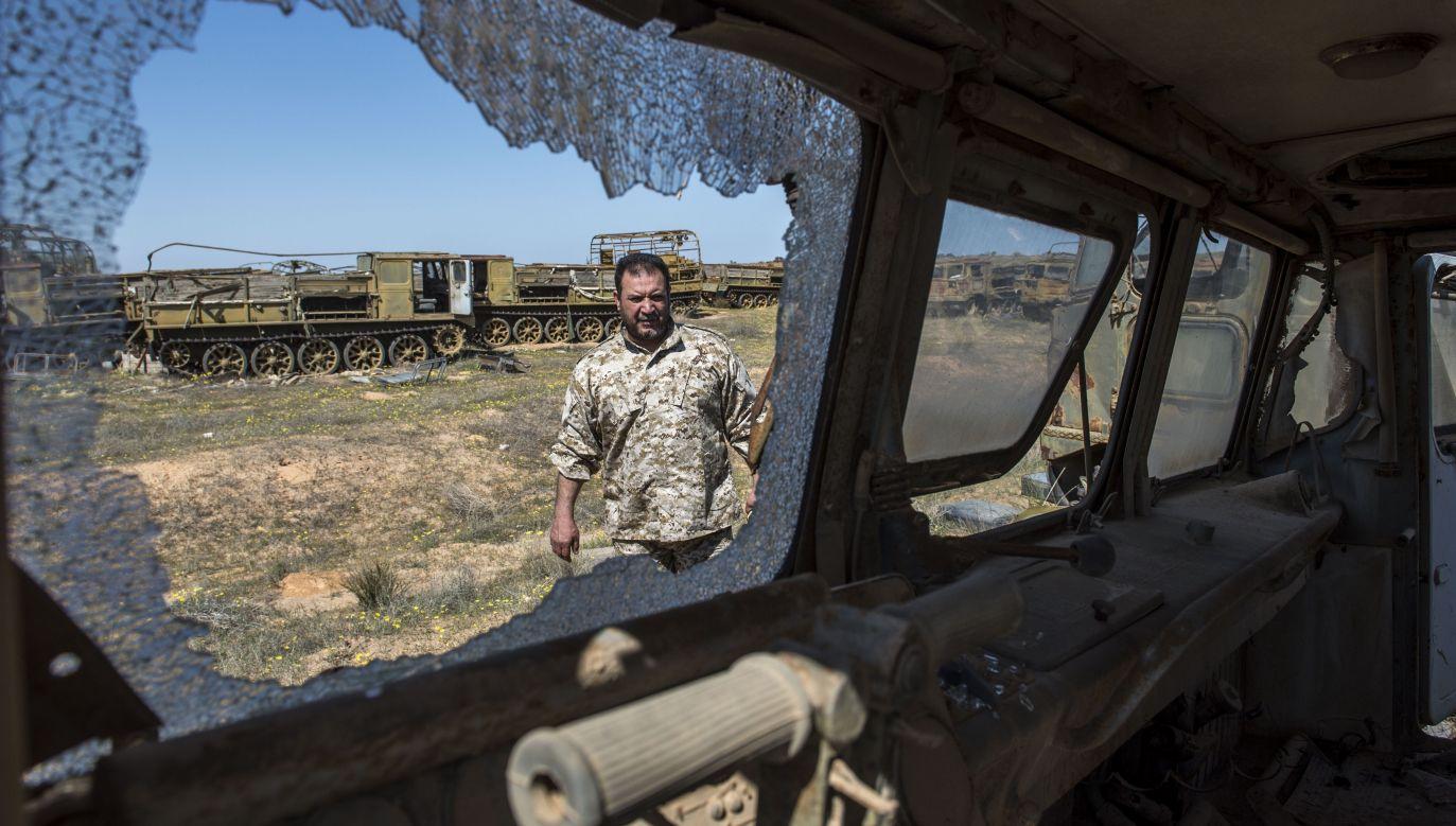 Konwój sił rządowych ostrzelany przez żołnierzy generała Haftara, około 100 km od stolicy Libii Trypolisu (fot. Ahmet Izgi/Anadolu Agency/Getty Images)