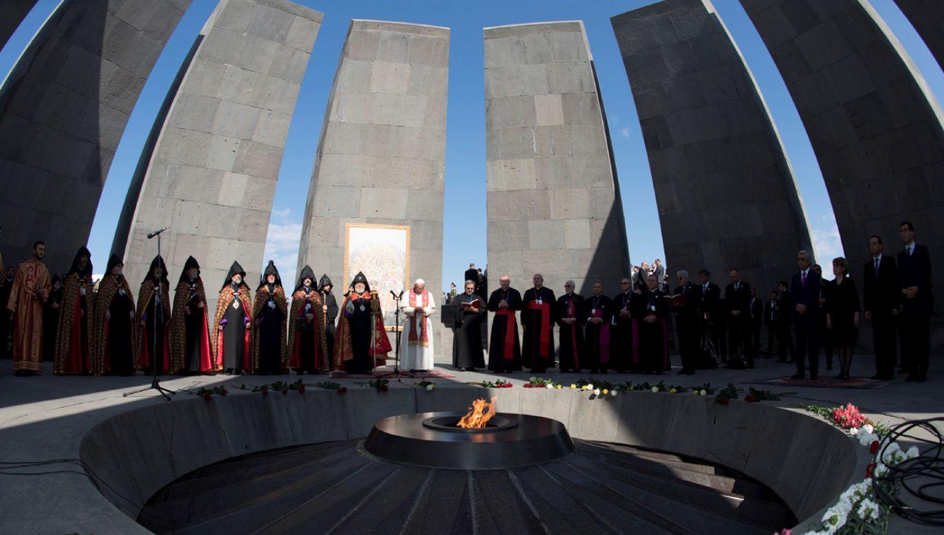 Papież Franciszek podczas odwiedzin kompleksu pomnikowego w Erywaniu, który poświęcony pamięci jest ofiar ludobójstwa Ormian, lipiec 2016 r. (fot. REUTERS/Vatican Media)