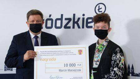 Uzdolniony nastolatek otrzymał z rąk Grzegorza Schreibera, marszałka województwa łódzkiego, grant o wartości 10 tysięcy złotych / fot. UMWŁ