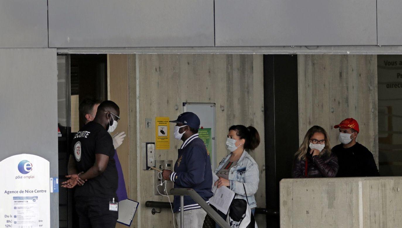 Co szósty młody pracownik stracił pracę. Ale Francuzi nie chcą rezygnować z trzynastek, by utrzymać zatrudnienie (fot. Reuters/Eric Gaillard)