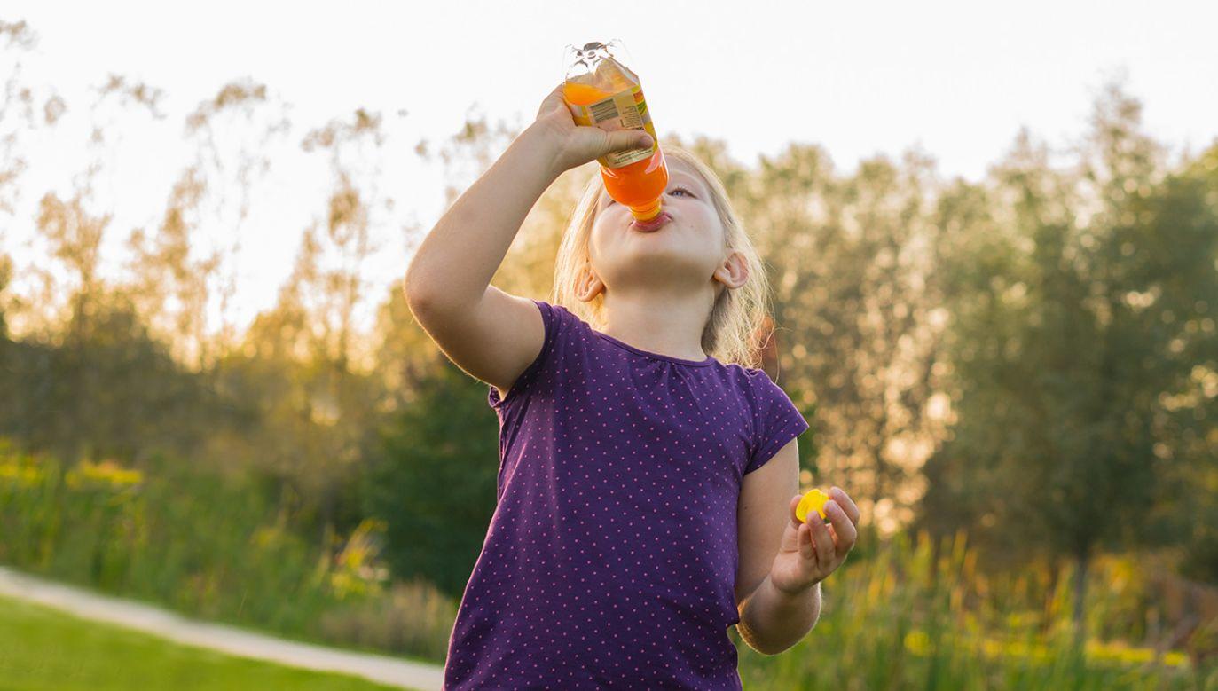 Producenci napojów z cukrem zgadzają się na specjalną opłatę, która wspomoże sport dzieci i młodzieży (fot. Shutterstock/W.Milz)