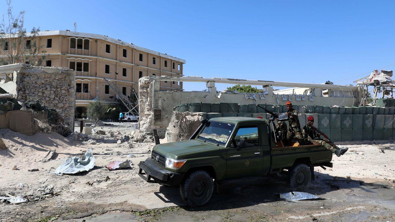 Według Armii USA, w atakach na obóz terrorystów z Al-Szabab zginęło 4 bojowników organizacji. Na zdj. żołnierze somalijscy na miejscu ataku (ZDJĘCIE ILUSTRACYJNE) (fot. REUTERS/Feisal Omar)