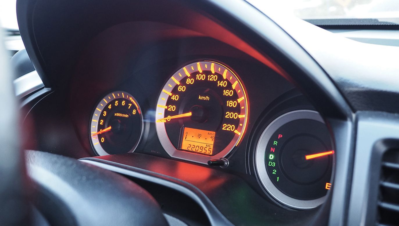 35-latek kierujący mercedesem tłumaczył, że to pojazd służbowy (fot. Shutterstock/penton)