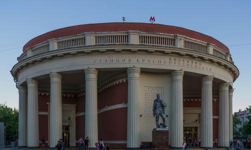 Wejście do stacji Krasnopriesnienskaja. Fot. Wikimedia Commons/A.Savin - Praca własna, FAL, https://commons.wikimedia.org/w/index.php?curid=81986940