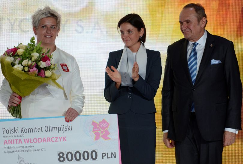 Anita Włodarczyk z minister sportu Joanną Muchą i prezesem MKOl Andrzejem Kraśnickim (fot. PAP/Bartłomiej Zborowski)