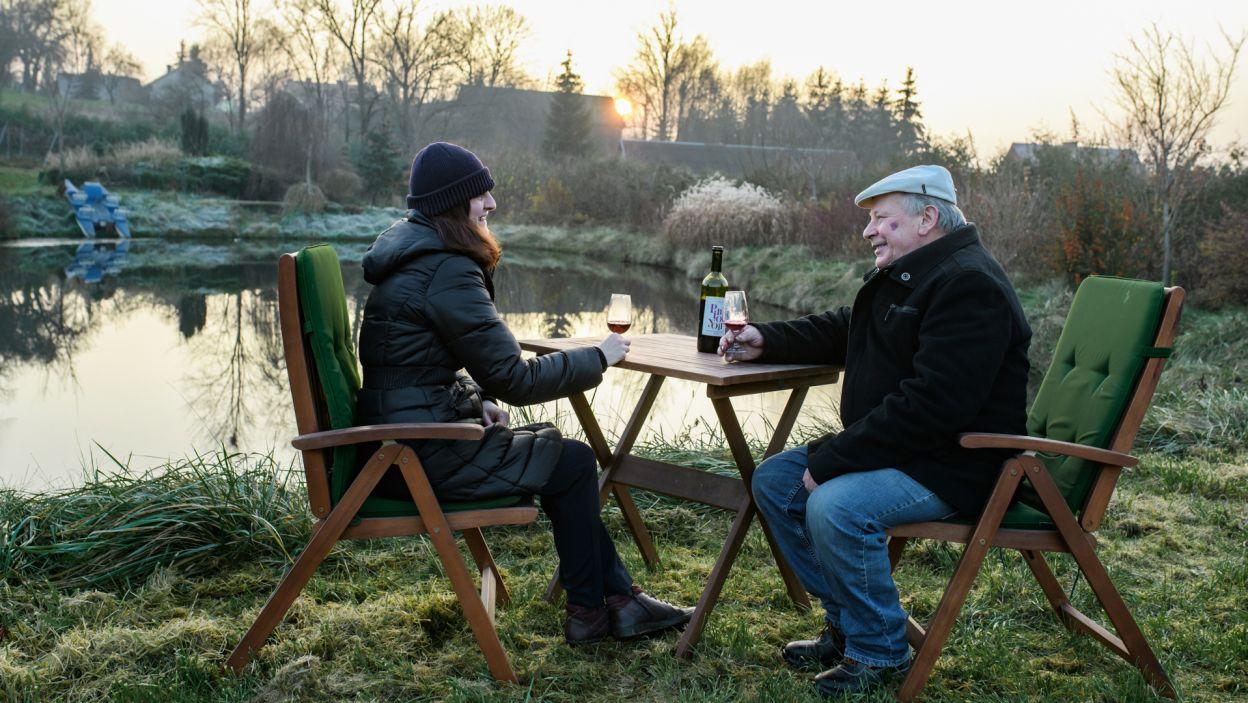 Uczestnicy czwartego sezonu programu, Mikołaj i Marta, wspólnie pracują w winnicy (fot. TVP)