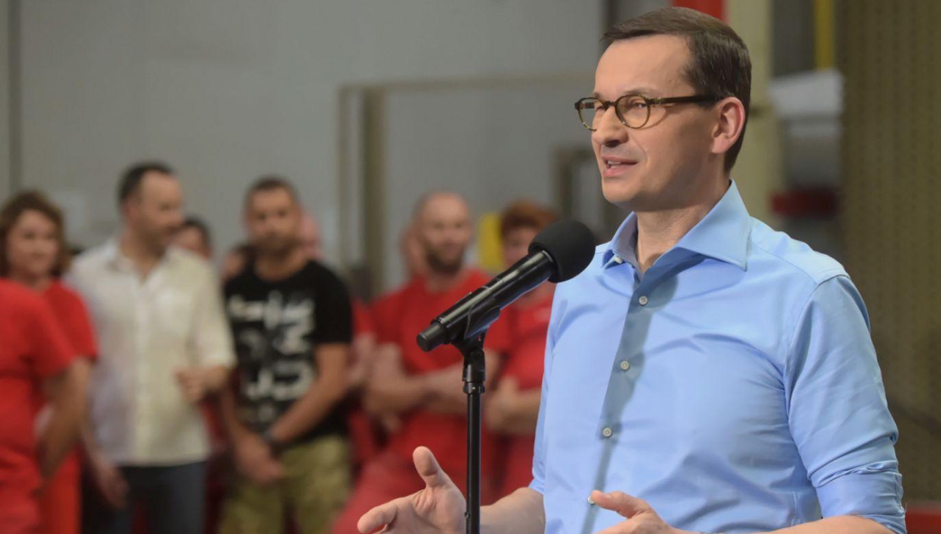 Premier Mateusz Morawiecki podczas wizyty w zakładzie produkcyjnym Ceramika Tubądzin II (fot. PAP/Grzegorz Michałowski)