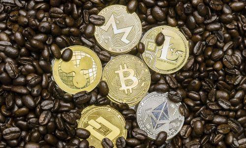 Wizualizacja cyfrowych kryptowalut (od góry, od prawej do lewej): litecoin (LTC – tzw. młodszy brat bitocina lub cyfrowe srebro; szybszy, stworzony dla mikrotransakcji), monero (XMR – wysoki poziom prywatności), ether (ETH – popularna kryptowaluta, 2. po bitcoinie); bitcoin (BTC – tzw. cyfrowe złoto; pierwsza wprowadzona, w 2009 r. przez osobę lub grupę o ps. Satoshi Nakamoto), ripple (XRP – nastawiona na sektor bankowy), dash (DASH). Fot. Yu Chun Christopher Wong/S3studio/Getty Images