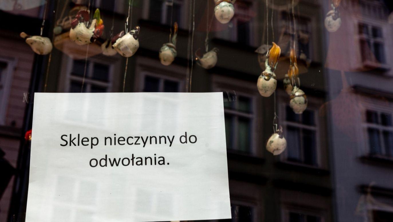 Kartka w witrynie sklepu z pamiątkami na ul. Grodzkiej w Krakowie (fot. Dominika Zarzycka/NurPhoto via Getty Images)
