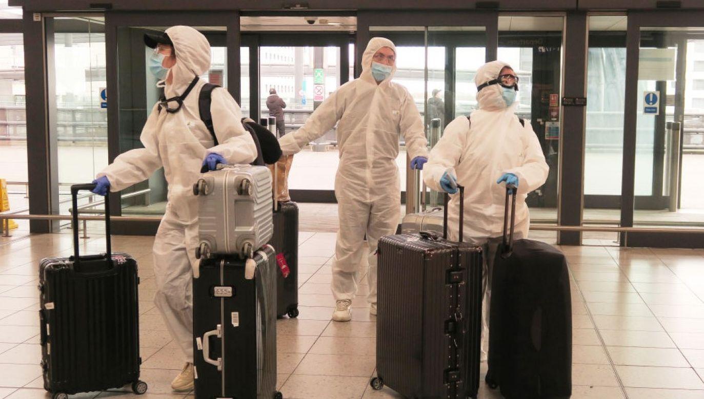 W drugim scenariuszu, przypominającym to, co miało miejsce w lutym i marcu, gdy wirusa sprowadzali do Wielkiej Brytanii ludzie przyjeżdżający z zagranicy (fot. Photo by Mike Hewitt/Getty Images)