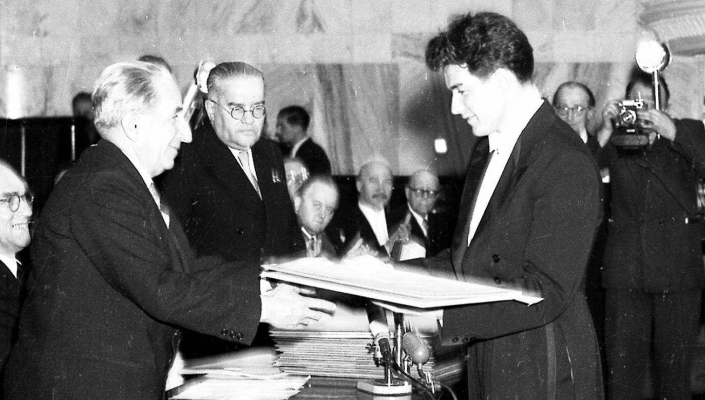 Adam Harasiewicz zwyciężył w V Konkursie Chopinowskim w 1955 r.  (fot. arch.PAP/CAF/J.Baranowski)