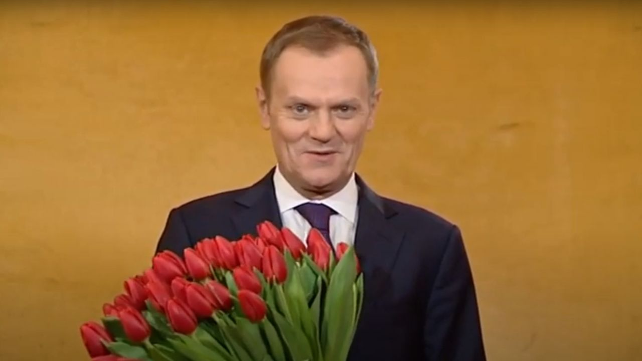 Donald Tusk w 2012 r. składajacy życzenia z okazji dnia kobiet (fot. Youtube/Kancelaria Premiera)