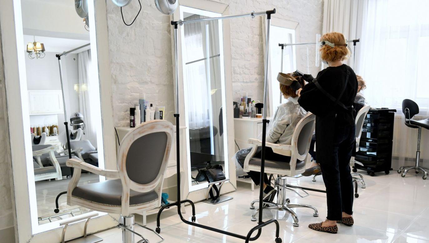 Kalendarze fryzjerów i kosmetyczek są wypełnione średnio na nieco ponad 2 tygodnie wprzód (fot.PAP/Darek Delmanowicz)