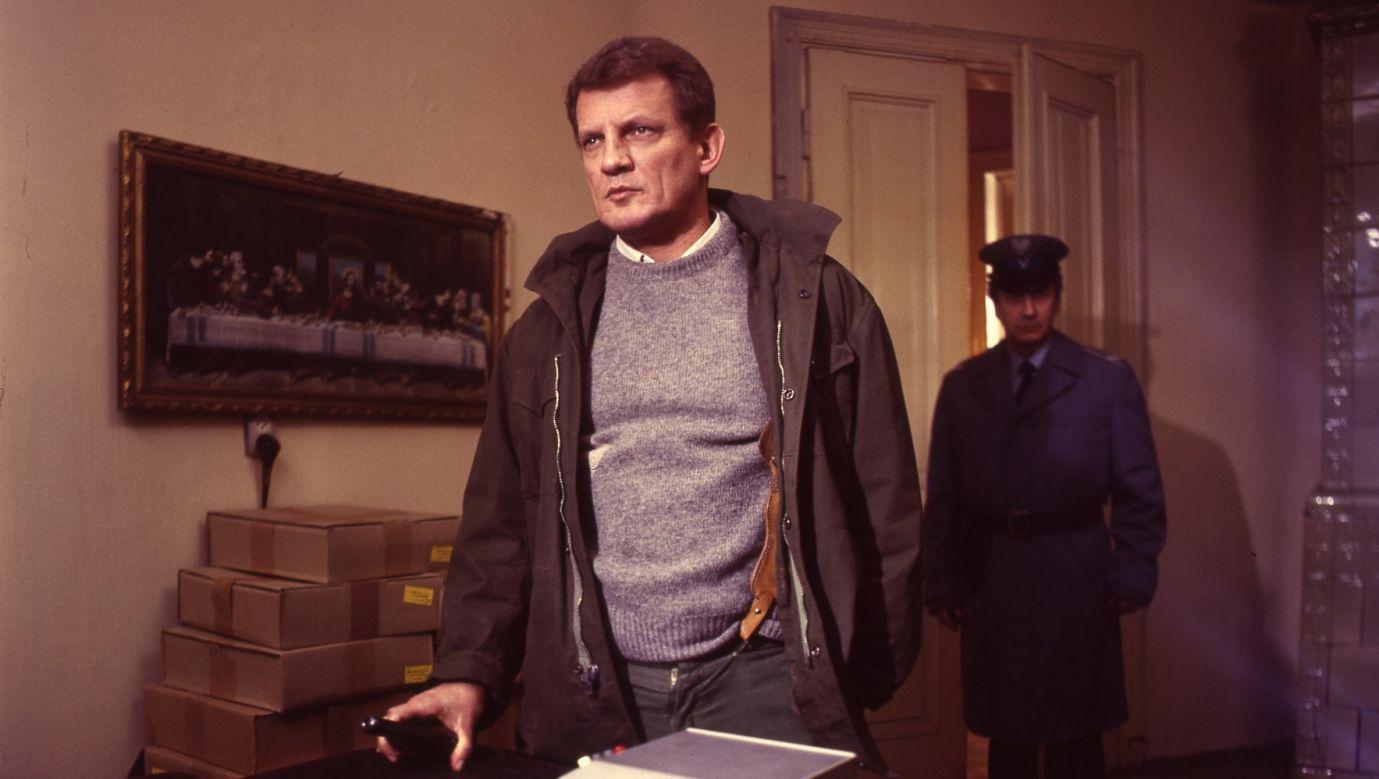 """Kadr z serialu """"07 zgłoś się"""", reżyseria – Krzysztof Szmagier, na zdjęciu Bronisław Cieślak jako porucznik Sławomir Borewicz. Fot. TVP"""