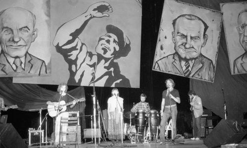 I Przegląd Piosenki Prawdziwej - Zakazane Piosenki, który odbył się w sierpniu 1981 roku w gdańskiej hali Olivia. Główną ideą imprezy organizowanej z inicjatywy Macieja Zembatego, pod patronatem Solidarności, była walka z cenzurą. W hali zgromadziło się 18 tys. widzów, bilet kosztował 300 zł, tj. 2 dolary. Na zdjęciu: Wolna Grupa Bukowina., niedługo później zespół się rozwiązał. Fot. PAP/M. Hołyński