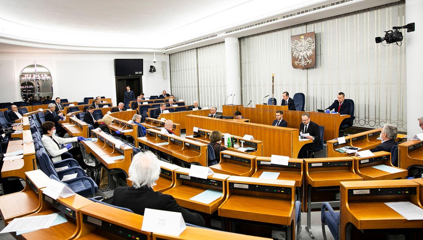 Senatorowie zakończyli posiedzenie około godz. 3.30 nad ranem (fot. Twitter/Senat RP)