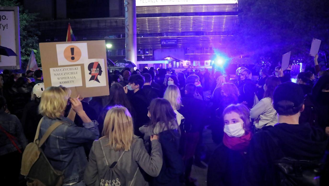 Przeciwnicy ochrony życia manifestowali do wczesnego ranka (fot. PAP/Wojciech Olkuśnik)