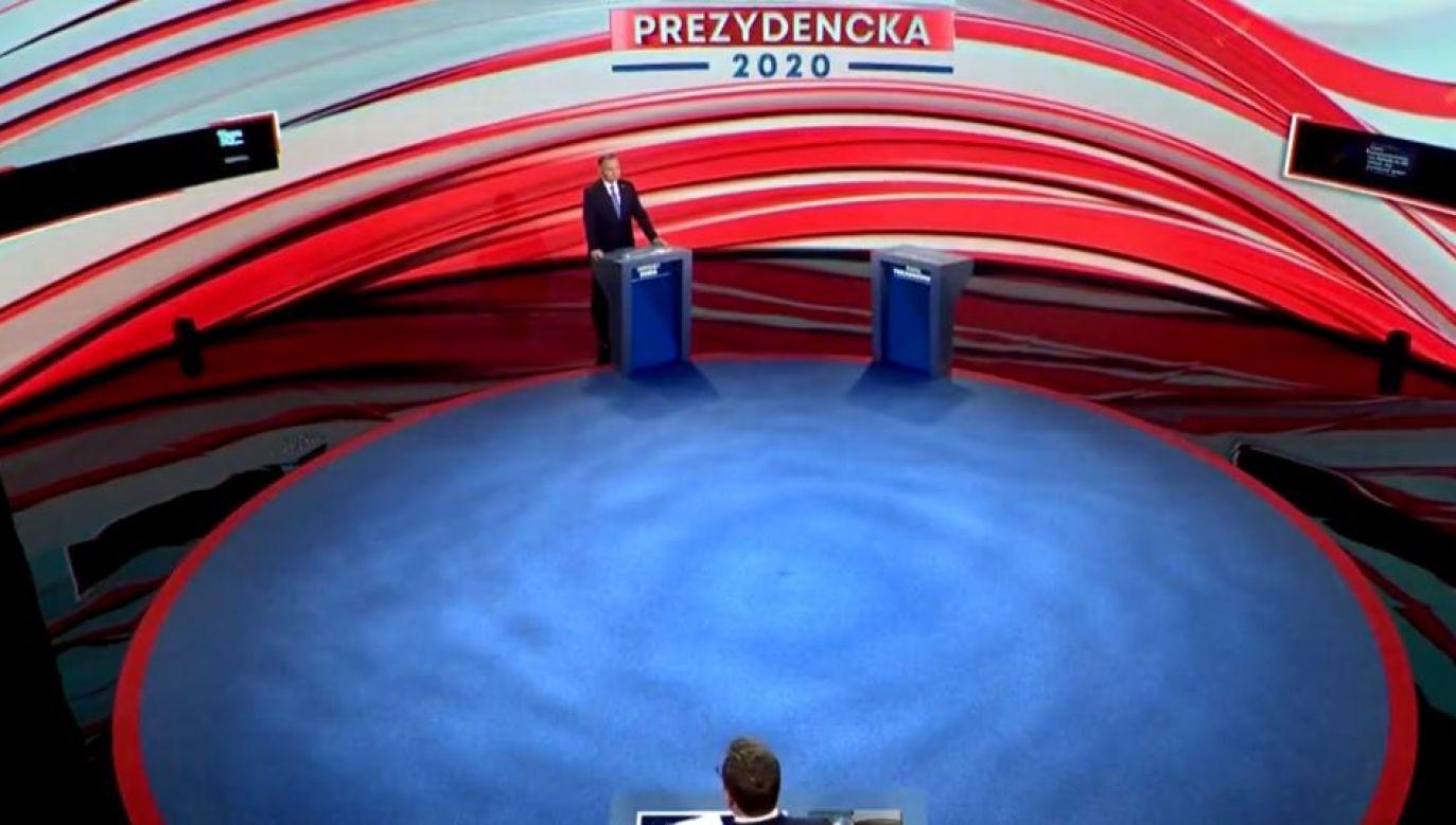 Na nagraniach widać, że są to promptery prowadzącego debatę Michała Adamczyka (fot. TVP Info)