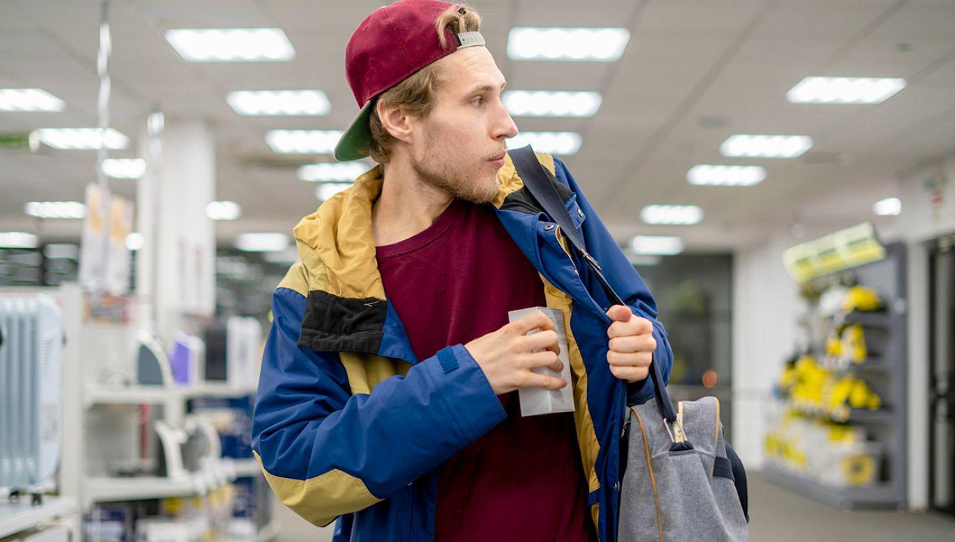 Najczęstszą przyczyną strat w towarach są kradzieże sklepowe, rabunki i kradzieże z włamaniem (fot. Shutterstock/Mike_shots)