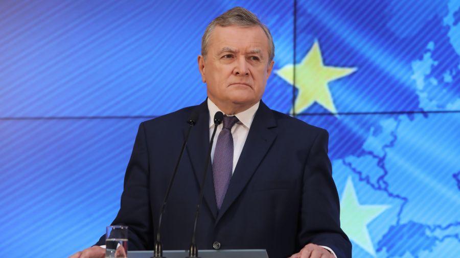 Wicepremier, minister kultury Piotr Gliński podczas konferencji prasowej poświęconek unijnemu szczytowi budżetowemu. Zgodnie z zawartym porozumieniem, Polska ma pozyskać w ramach funduszu odbudowy ponad 124 mld euro w grantach, a łącznie z uprzywilejowanymi pożyczkami - 160 mld euro. Fot. PAP/Wojciech Olkuśnik