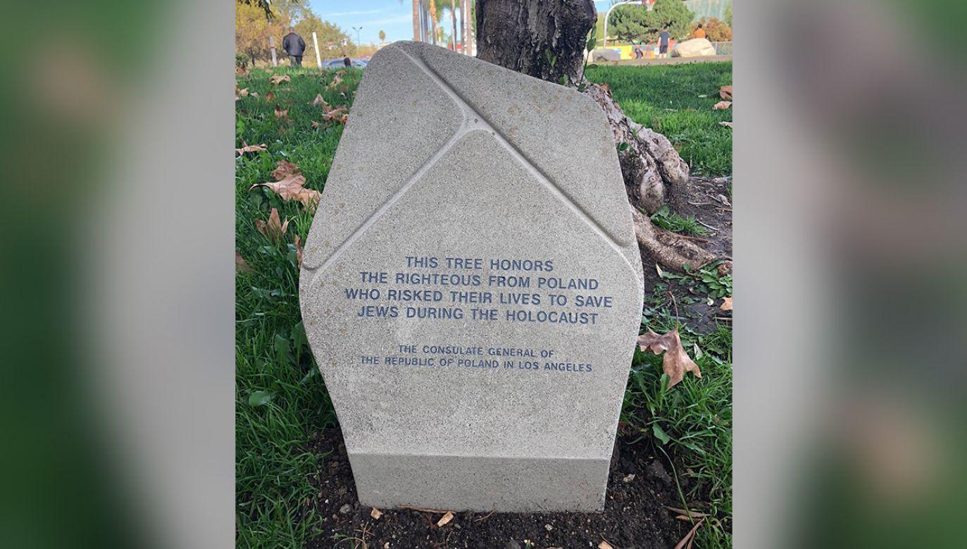 Tablica przed Los Angeles Museum of the Holocaust upamiętnia Polaków, którzy ratowali Żydów. (fot. Twitter/PLinLosAngeles)