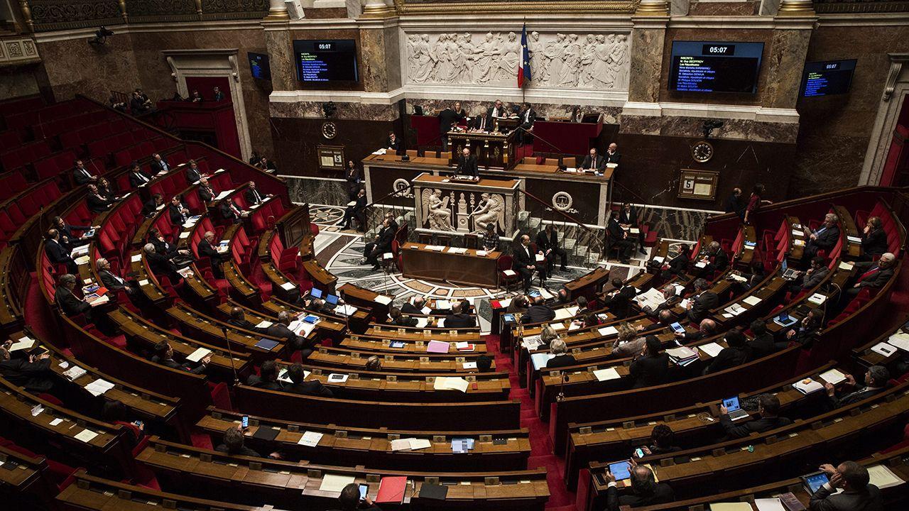 Francuscy parlamentarzyści pracują nad projektem prawa ograniczającym wolność wypowiedzi na temat środowisk LGBT (fot. PAP/EPA/ETIENNE LAURENT)