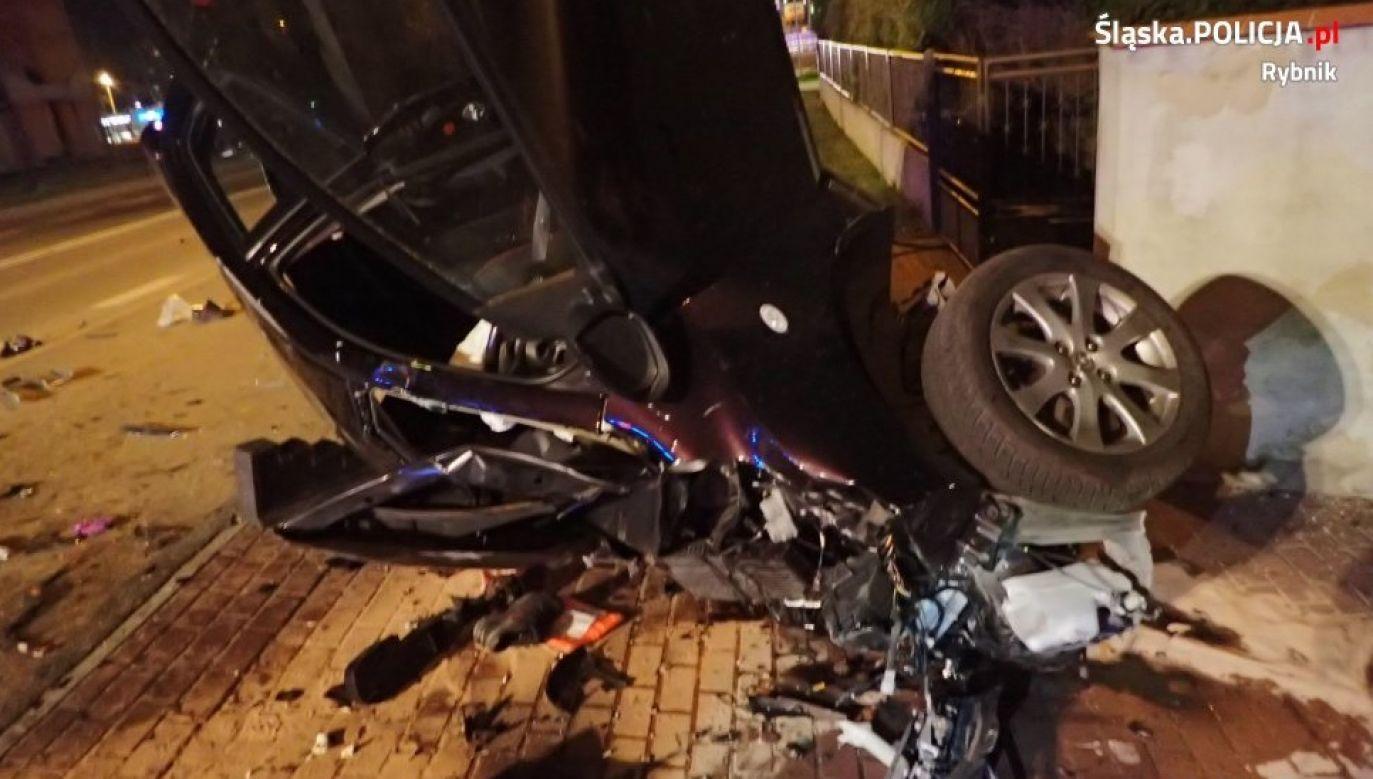 Rozbita mazda przewróciła się na bok, kierująca była ciężko ranna (fot. rybnik.policja.gov.pl)