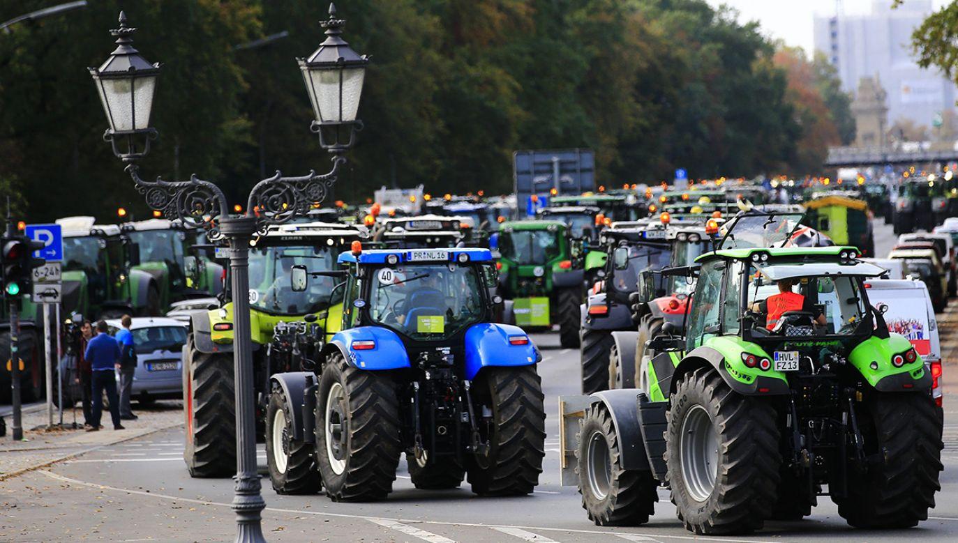 Protestujący sprzeciwiają się m. in. niemieckiej i unijnej polityce rolnej (fot. Abdulhamid Hosbas/Anadolu Agency/Getty Images)