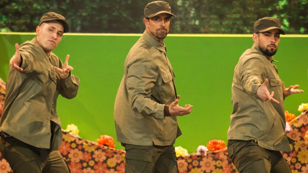 """Staszek Karpiel-Bułecka zatańczył do piosenki z musicalu """"Hair"""" i przeniósł widownię do czasów hipisów, pokoju i miłości. Czy jurorzy docenili jego starania i postępy? (fot. TVP)"""