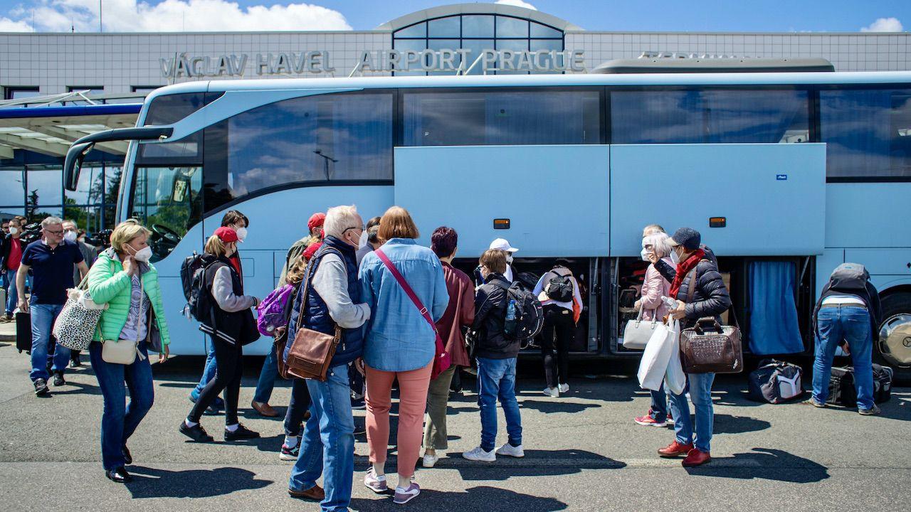 Grupa rosyjskich dyplomatów i ich rodzin wyleciała z Pragi (fot. PAP/EPA/MARTIN DIVISEK)