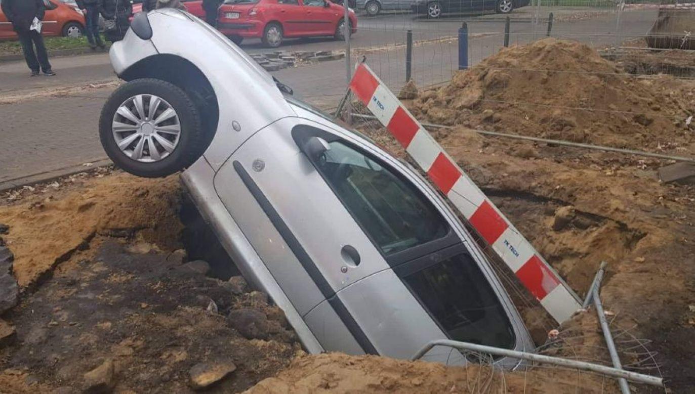 Samochód wpadł do dziury w ziemi  (fot. PSP w Łodzi)