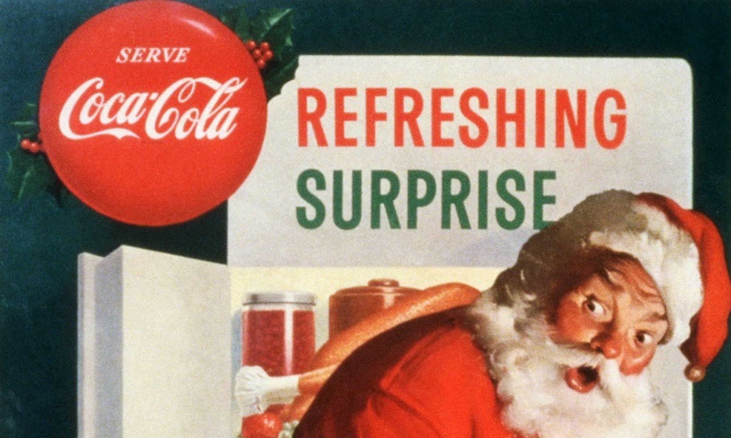 Światowa kariera Santa Claus nie nastąpiłaby zapewne, gdyby nie koncern Coca-Cola. W 1930 roku colę po raz pierwszy rozlano do butelek, aby można ją było wstawić do lodówki. Latem sprzedawała się dobrze, ale jak skłonić do jej picia zimą? Tu niezastąpiony okazał się mikołaj. W 1931 roku powstał pierwszy przedstawiający go rysunek jak pije czy podkrada colę, autorstwa Huddona Sundbloma, ostatni w 1964. Na zdjęciu plakat Sundbloma z 1953 r. Fot. Library of Congress/Corbis/VCG via Getty Images