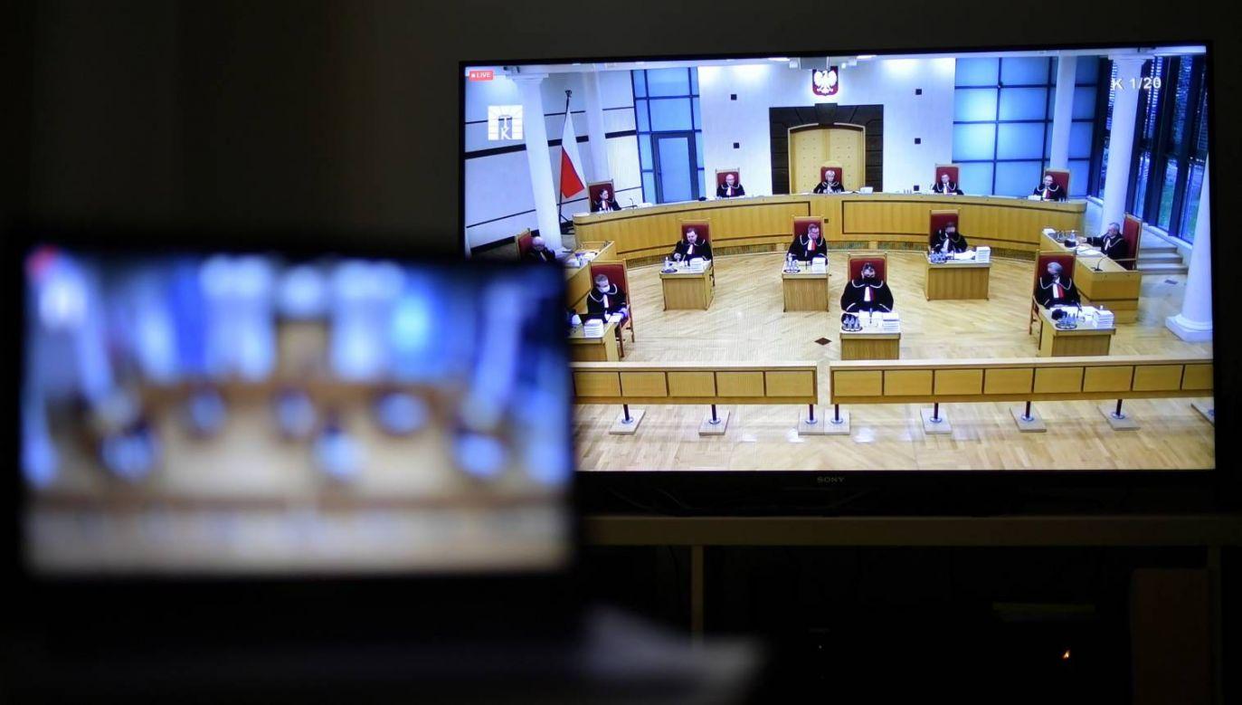 Transmisja z posiedzenia Trybunału Konstytucyjnego w Warszawie, 22 bm. (fot. PAP/Marcin Obara)