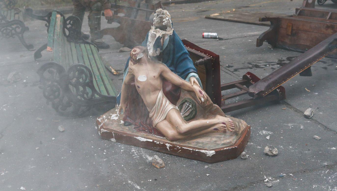 Podczas antyrządowych zamieszek w Santiago de Chile ucierpiały też kościoły. Fot. REUTERS/Jorge Silva