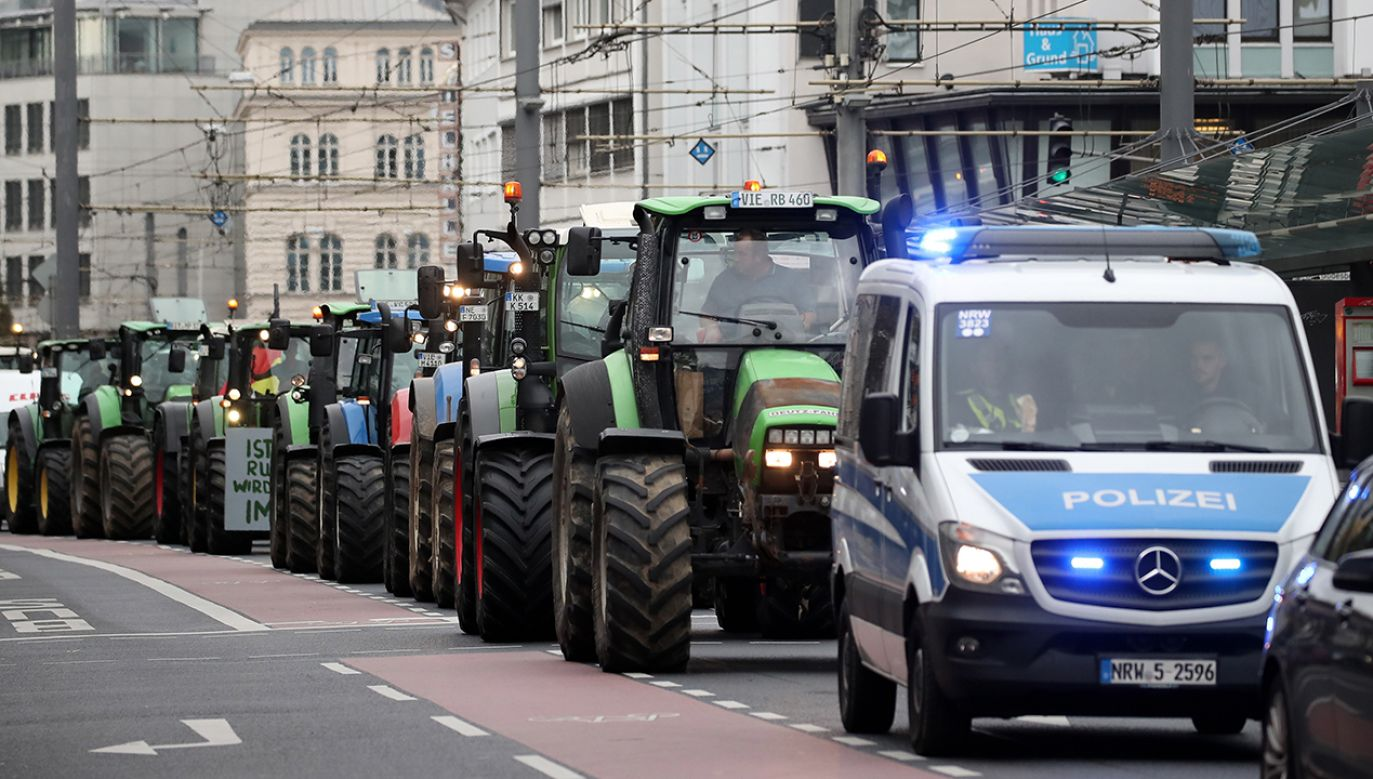 Niemieccy rolnicy wjechali traktorami na ulice miast (fot.PAP/EPA/FRIEDEMANN VOGEL)