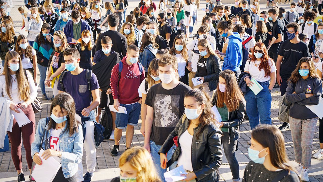 Średni wiek osób z infekcją spadł do 23 lat (fot. Shutterstock)