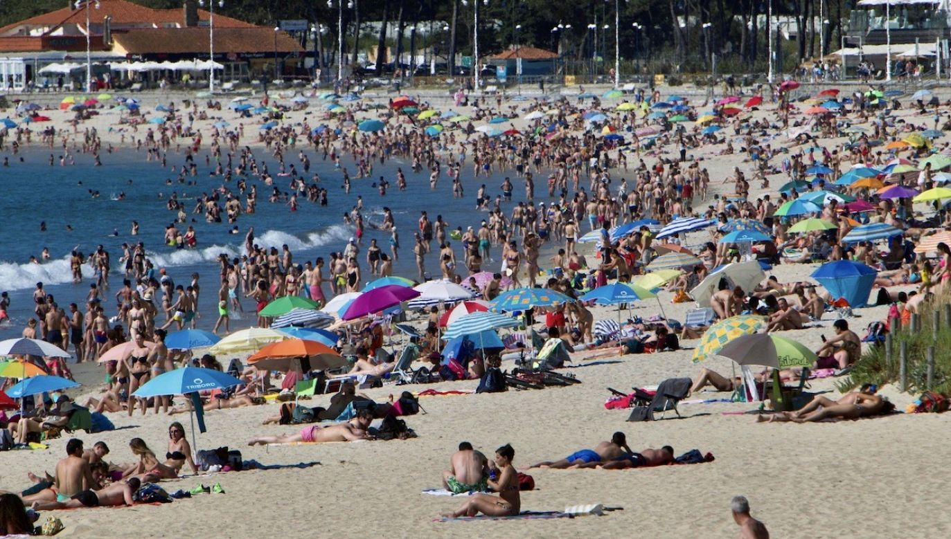 Pomimo pandemii plaże szybko zapełniają się ludźmi (PAP/EPA/SALVADOR SAS)