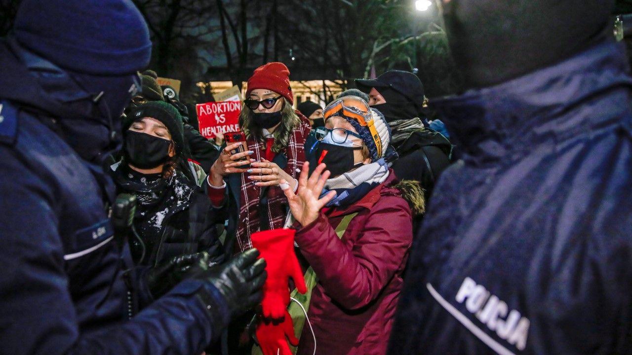 Od godz. 20 trwa proaborcyjny protest przed budynkiem Trybunału Konstytucyjnego (fot. PAP/Rafał Guz)